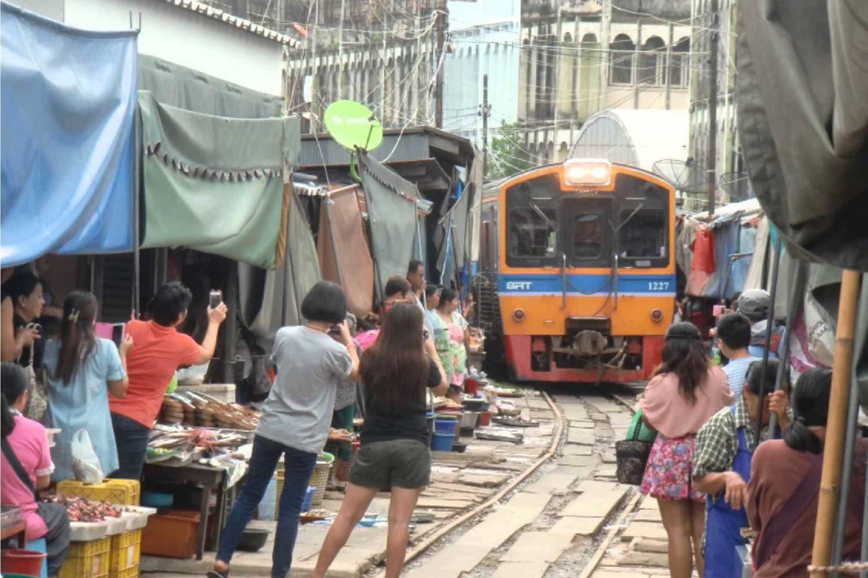 11Maeklong Railway Market